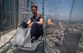 Захватывающий аттракцион на вершине небоскреба U.S. Bank Tower в Лос-Анджелесе