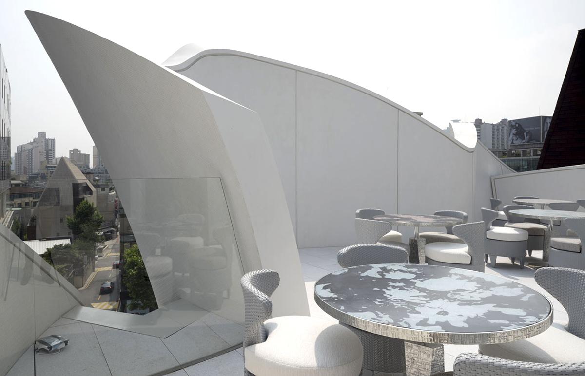 Бутик Кристиан Диор с фасадами в форме цветка