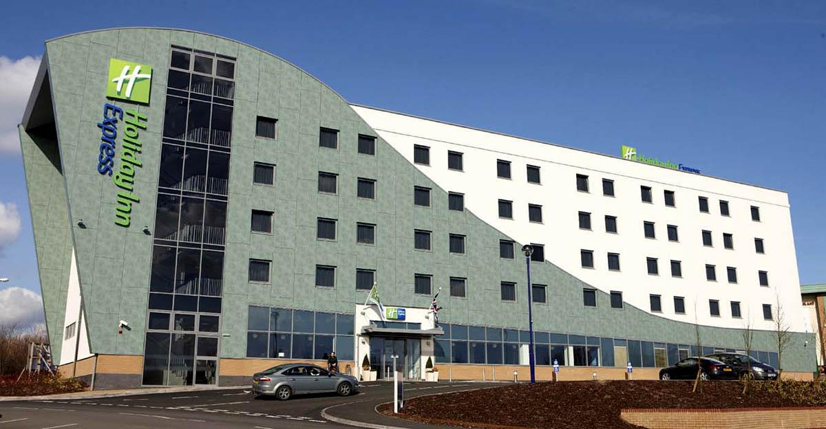 Оригинальные здания с использованием HPL панелей. Отель Holiday Inn Express