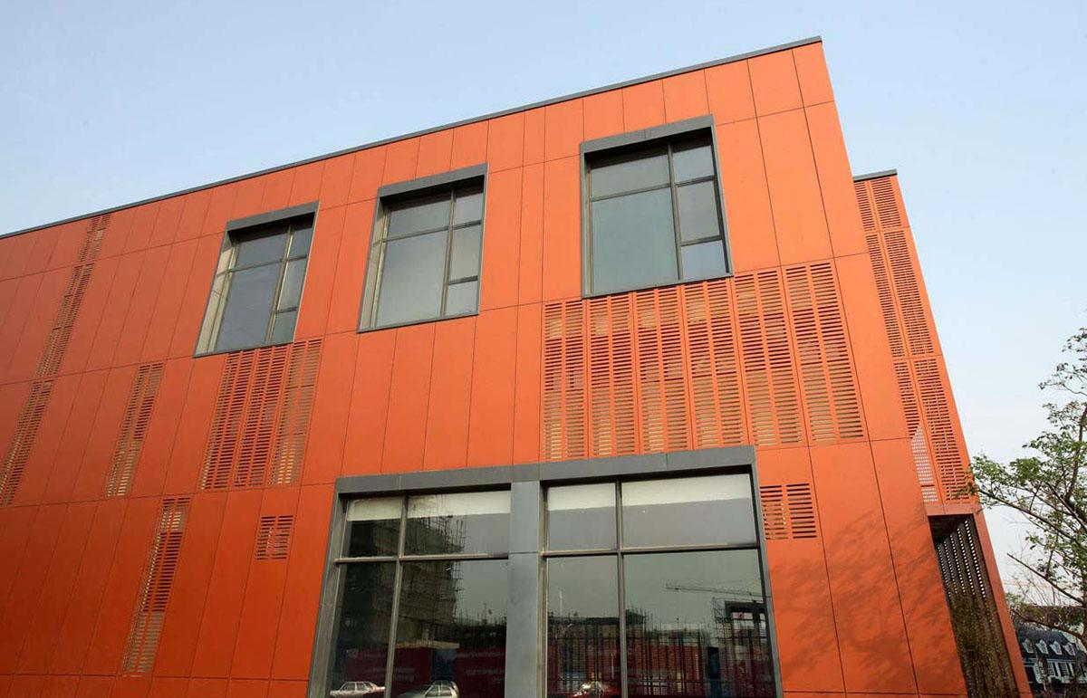 Оригинальные здания с использованием HPL панелей.  Перфорированные фасады